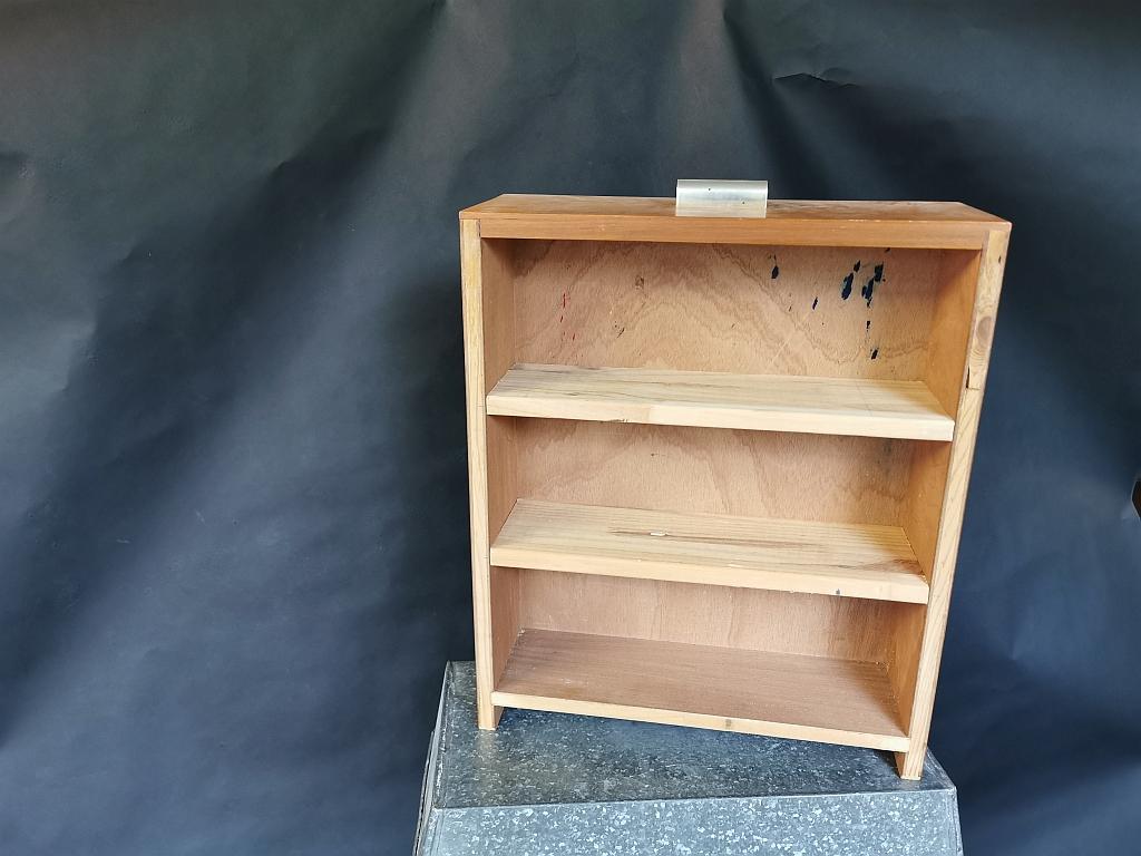 Open kastje met planken (voormalige la)