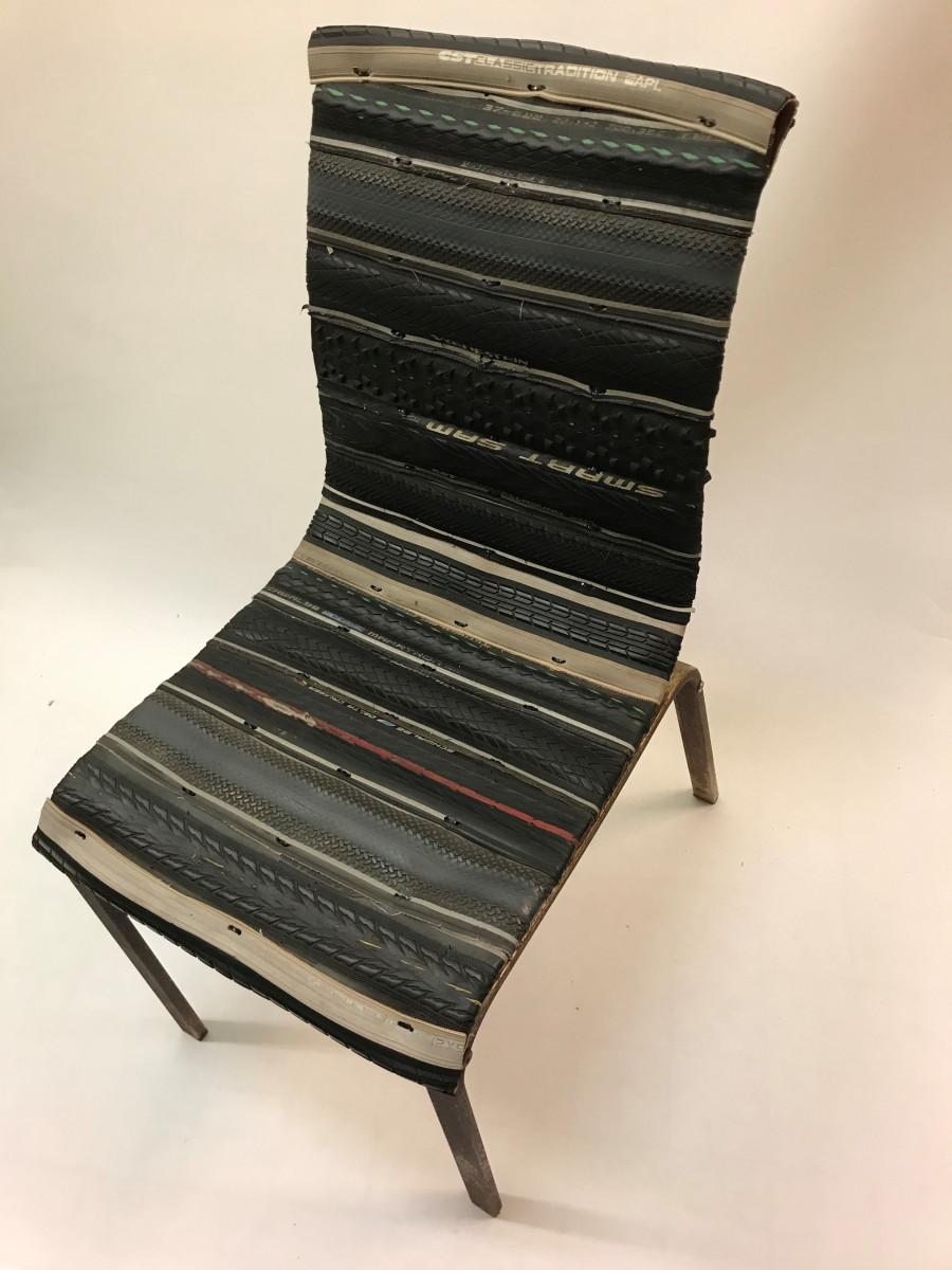 Stoel met zwarte buitenbanden (stalen frame)