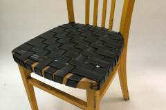 Gele stoel met binnenbanden gevlochten als zitting