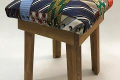 Houten kruk met zitting van veelkleurige stropdassen